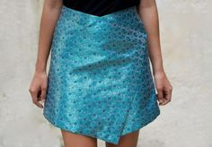 WRAP SKIRT Pattern - look cute knee length with a pair of boots. Diy Fashion, Ideias Fashion, Fashion Ideas, Skirt Tutorial, Diy Tutorial, Fashion Project, Diy Clothing, Clothes Refashion, Diy Dress