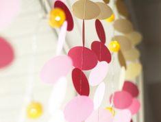 art du papier, modèle de décoration diy pour fenêtre, rideaux de fenêtre avec guirlande en papier fait main