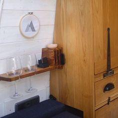 Afbeelding kan het volgende bevatten: binnen Bedside Shelf, Work Tops, Van Life, Camper, Shelves, Glass, How To Make, Furniture, Instagram
