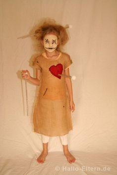 """Halloween Kostüm """"Voodo Puppe"""" - OK, das ist echt etwas gruselig und mehr für größere Kinder. Leicht genäht, geringe Materialkosten! Komplette Anleitung auch für Nadeln und Makeup! Dieses und mehr Ideen auf Hallo-Eltern.de ..."""