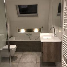 Badkamer inspiratie: een nis boven het bad. Sfeervol en handig om bijvoorbeeld je fles badschuim neer te zetten!