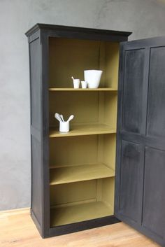Comment relooker un meuble - Expolore the best and the special ideas about Mobile design Old Furniture, Black Furniture, Refurbished Furniture, Paint Furniture, Repurposed Furniture, Furniture Makeover, Furniture Removal, Furniture Storage, Painted Cupboards