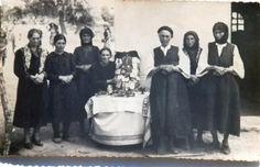 """Στα ίχνη της Ελένης/Αγιαλένης: Αναστενάρια στη Μαυρολεύκη Δράμας 21/5/1942.  Το γυναικείο  """"νεστενάρι"""" της  πρώτης προσφυγικής γενιάς, με τη θρακιώτικη φορεσιά πλαισιώνει τον """"παππού"""",  την παλιά εικόνα των αγίων Κωνσταντίνου και Ελένης που έφερε μαζί της από το Κωστί η Βενετιά Κώσταρου (Φωτ.  Άγγελος Τανάγρας. Δημοσίευση Ελένης Ψυχογιού. Greek, History, Clothing, Party, Outfits, Historia, Greek Language, Dresses, Clothes"""