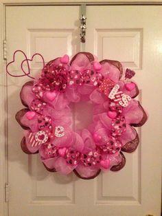 Valentines deco mesh wreath by MoniquesWreaths on Etsy Valentine Day Wreaths, Valentines Day Decorations, Valentine Day Crafts, Holiday Wreaths, Deco Mesh Crafts, Wreath Crafts, Diy Wreath, Diy Crafts, Wreath Making