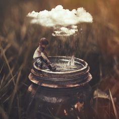 Image surréaliste, garçon jouant dans bocal, nuage, pluie, petit bâteau