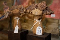 Cabezas de meninas sobre soporte de madera.