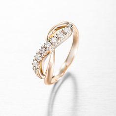 Midas Kultaseppien Ääretön-sormus kuuluu Wedding-kokoelmaan. Ääretön-sormus koostuu kelta- ja valkokullasta, jotka muodostavat äärettömän merkin kauniisti sormen päälle. Valkokultaista osuutta kruunaa 7 x 0,03 ct W/Vs timanttia, yhteispainoltaan 0,21 ct. Ääretön-sormus valmistetaan käsityön ja on saatavissa myös kokonaan kelta-, valko- tai punakultaisena. Suositushinta 1280 €.