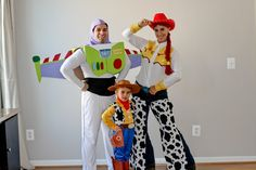 www.mamasaywhat.stfi.re diy-family-toy-story-costumes ?sf=rxepkdb