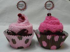 Cupcake feito com toalha de mao, decorado com mini cerejas artesanais, personalizado com nome do cliente. R$ 5,80