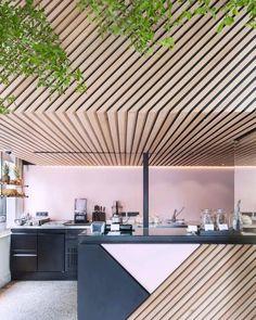 "21.6 mil Me gusta, 89 comentarios - Design Milk (@designmilk) en Instagram: ""The wood slats in this #kitchen designed by @StandardStudio instantly draws our eyes into this…"""