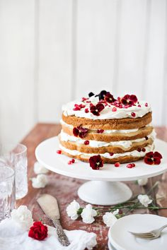 Omena-vanilja naked cake | K-Ruoka  #kesä #kakku Finnish Recipes, Vanilla Cake, Delicious Desserts, Marimekko, Summer Garden, Baking, Party, Naked, Drinks