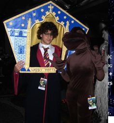 chocolate frog card prop - OMG, I want to do this! Harry Potter Motto Party, Harry Potter Thema, Cumpleaños Harry Potter, Harry Potter Halloween Party, Harry Potter Classroom, Harry Potter Wedding, Harry Potter Christmas, Halloween Party Themes, Harry Potter Birthday