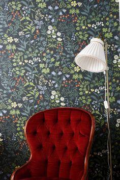 Punainen samettinojatuoli on muutaman kympin löytö Pelastusarmejan kirpputorilta. Makuuhuoneen värittäjäksi Anni valitsi Boråstapeterin kukkatapetin.