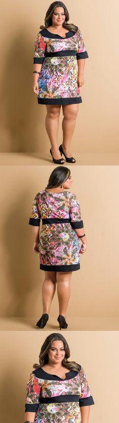 Vestido Decote com Fenda Mix Elementos Plus Size Vestido confeccionado em meia malha. Modelo decote redondo com fenda. Mangas curtas com punhos contrastantes. Recorte frente e abaixo do busto em cor contrastante. Comp: Micro.