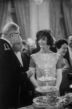 1961. Paris. Jackie Kennedy and Charles De Gaulle, par Paul Schutzer.
