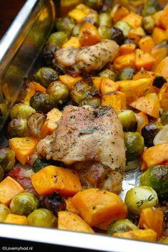 Ovenschotel met zoete aardappel, kipdijfilet en spruitjes - Lovemyfood.nl Oven Dishes, Dinner Dishes, Veggie Recipes, Chicken Recipes, Healthy Recipes, Healthy Meals, Healthy Food, Good Food, Yummy Food