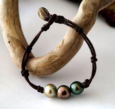 Trio de perles tahiti trois couleurs de perles  sur par PerlaMundi #tahitian #pearls #boho #bohemian #handdmade #organic #gypsy #jewels #madeinfrance #giftingluxury #blackpearls #surf #surferjewelry #surf #surfer #handmade #beach #jewelry #jewel #perlamundi #perla #mundi #bracelets #necklaces #earrings #tahiti #sea australian pearls