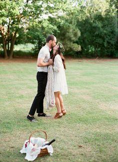 Sessão de noivado Picnic   Amanda Watson Fotografia   ver mais em: http://burnettsboards.com/2014/08/romantic-picnic-engagement/