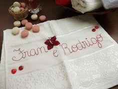 Toalha de lavabo com nomes bordados à mão e aplicação de borboleta de fuxico.