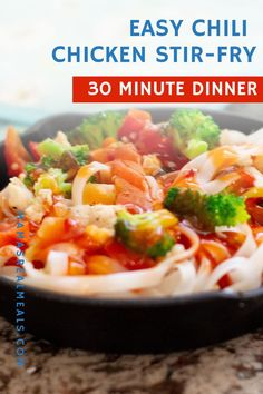 This easy chicken stir fry with chili sauce! Its the perfect back to school dinner. Seriously on the table in 30 minutes and only one skillet! What more can a mom ask for? Travel Tips Travel Hacks packing tour Easy Chicken Chili, Easy Chicken Stir Fry, Asian Chicken Recipes, Good Healthy Recipes, Healthy Dinner Recipes, Simple Recipes, Drink Recipes, Cooking Recipes, Travel Hacks