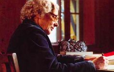 Marie-Louise von Franz - En 1933, elle rencontre Carl Gustav Jung avec qui elle travaillera jusqu'à sa mort en 1961. Chargée au début de la traduction de textes alchimiques grecs et latins, elle va activement collaborer à la création des œuvres majeures de Jung. C'est ainsi qu'elle témoigne :  « Lorsque j'ai rencontré Jung, il a eu le sentiment que je serais sa collaboratrice pour les textes alchimiques, à cause de ma connaissance des langues...