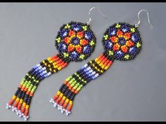 🌈 Earrings in the technique of the huichol. Bead Jewellery, Seed Bead Jewelry, Seed Bead Earrings, Beaded Jewelry, Beaded Earrings Patterns, Beading Patterns, Seed Bead Crafts, Diy Jewelry Inspiration, Earring Tutorial