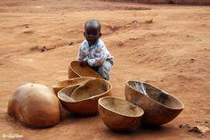 bimbo in villaggio di Karamoja con gusci di zucca suonanti