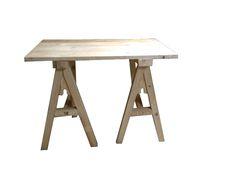 Tisch: aus Fichte mit Böcken nach einer Abbildung aus dem Luttrell-psalter und einem erhaltenen aus Bruges. Die Böcke sind nur zusammen gesteckt, so das man sien leichter transportieren kann.