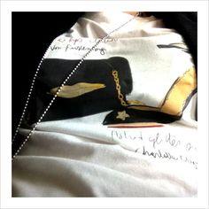 La borsa con le labbra di Dian Von Furstenberg e la scarpa con mezza luna e stella di Charlotte Olympia, icone fashion per descrivere il magico mondo della moda.  Una stampa fashionista su una t-shirt in morbido e resistente jersey di cotone ring-spun, disponibile nei modelli femminili e maschili. http://lovli.it/t-shirt-surrealiste-donna.html