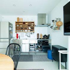 一軒家のおしゃれで小さなキッチンもの選びと収納のコツ - 北欧、暮らしの道具店 House Plans, Home, Sweet Home, Japanese House, Furniture, Interior, Exposed Wood, House, Kitchen Interior