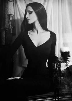 This is beautiful. Morticia Addams anyone ;)?