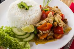 A Csirke kesudióval sokak kedvenc thai étele, hiszen kellemesen szószos, fűszeres és könnyű fogás.