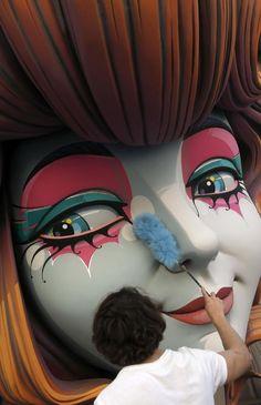 Un artista fallero le quita el polvo a la figura principal de la falla de El Pila