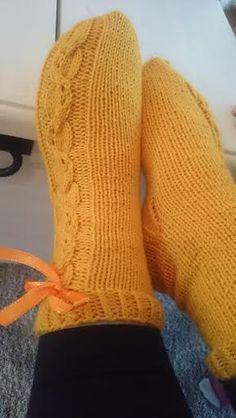 Aiemmin julkaisin saman ohjeen Nalle langalle, joten tässä myös halukkaille sama vähän paksummasta langasta. Näissä käytetty iki ihanaa V... Patterned Socks, Knitting Socks, Leg Warmers, Mittens, Knitting Patterns, Knit Crochet, Scarves, Model, Crafts