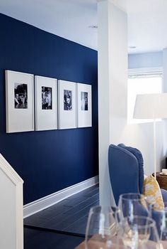 Black and white Photos, large frames and dark blue walls! xx Navy muir / grote listen / paspartout / grafisch / black & white / portretten decor blue walls 4 Affordable Ideas : How to Decorate a Rental House / Apartment Blue Accent Walls, Navy Blue Walls, Navy Blue Rooms, Navy Blue Living Room, Painting Accent Walls, Dark Blue Bedrooms, Style At Home, Home Fashion, New Homes
