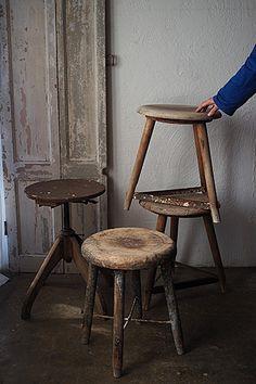 アトリエスツール-antique wood round stool 一日中作品作り、、タフな用途でも耐え得る堅牢な鉄製の貫が見た目にも個性を打ち出している。買い付け先はローヌ=アルプ地方先に記事更新した長方形のスツールと同一のアンティーク屋さん、出元の工房も一緒かと思われる4脚の丸椅子。特に座面の乾いた木材が保つ無為な雰囲気はぽつんと空間に据えて絵になるもの。塗料含め石膏の粉がかなり付着があり、水洗いでなるべく落としました。元は頑健なスツールですが、こなれた風合いを活かして花台などにご使用頂く事をお勧めします。