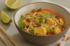 Beetgare linten van wortelgroenten en courgette met omelet en een hartige zoetzure dressing: pad thai op z'n westers en vegetarisch.