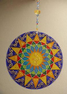 Mandala feita em vidro, com técnica de pintura vitral;