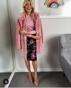 Holly Willoughby keeps warm in a pink coat from Very over a pink floral pencil skirt from River Island Classy Womens Dresses, Summer Dresses For Women, Holly Willoughby Style, Long Leather Skirt, River Island Outfit, Pink Fur Coat, Office Fashion, Covet Fashion, Stylish Outfits