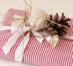Pakowanie prezentów to świetna zabawa. Dziś podpowiadamy, jak w oryginalny sposób zapakować książkę. Potrzebna będzie Ci do tego stara koszula…