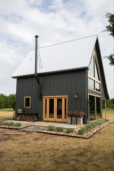 Modern Farmhouse Exterior Design Ideas for Stylish but Simple Look Barn House Plans, Small House Plans, Small Barn Home, Metal Building Homes, Building A House, Building Design, Holmes On Homes, Black House Exterior, Pole Barn Homes