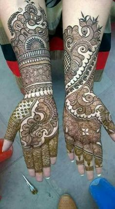 Find the best Pakistani bridal mehndi designs with images of beautiful patterns for full hands and arms, one-sided, gol tikka style, and feet mehndi designs. New Bridal Mehndi Designs, Pakistani Mehndi Designs, Simple Arabic Mehndi Designs, Modern Mehndi Designs, Mehndi Design Pictures, Beautiful Mehndi Design, Mehndi Designs For Hands, Bridal Henna, Henna Designs