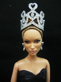 Fashion Dolls ◉◡◉ Barbie Fashion Royalty, Fashion Dolls, Barbie Hair, Diamond Tiara, Poppy Parker, Black Barbie, Tiaras And Crowns, Jennifer Lopez, Hair Accessories