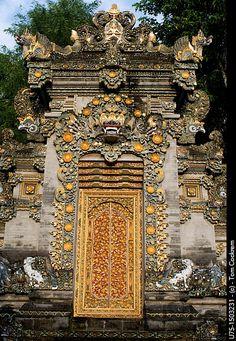 Temple entrance, Jalan Sumatra denpasar bali Bali Lombok, Portal, All About Doors, Architecture Details, Bali Architecture, Grades, Venice Travel, Denpasar, Unique Doors
