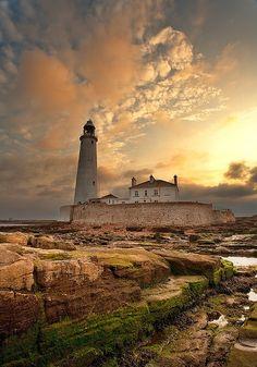 circlingindizziness: je ne vis pas très loin d'ici. Le phare de St Mary, Northumberland, la Grande-Bretagne. ☾ ✯ ☮ ☮ ✯ ☽ circlingindizziness