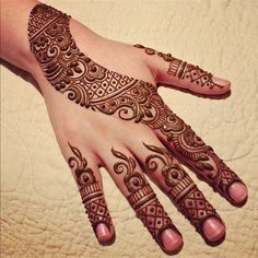 Decorate your hand and legs with henna