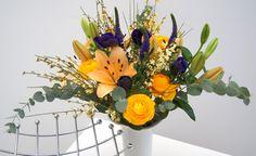 Lovely Sunshine - Blumenabo von StarFlower Elegant und frisch strahlen diese Woche unsere Blumen. Lilien und sonnengelbe Ranunkeln haben gute Laune in Gepäck, blaue Anemonen und Veronika geben unserem Frühlingsbouquet eine leichte, frische Brise. Table Decorations, Elegant, Plants, Furniture, Home Decor, Beams, Good Mood, Lilies, Flowers