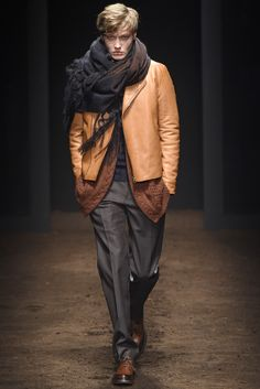 The complete Salvatore Ferragamo Fall 2015 Menswear fashion show now on Vogue Runway. Salvatore Ferragamo, Sharp Dressed Man, Well Dressed Men, Style Costume Homme, Mens Fashion Suits, Fashion Menswear, Milan Fashion, Mens Fall, Dolce & Gabbana