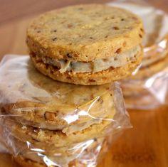 Cookies Sandwiches: amanteigado de massa da amêndoas recheado com doce de nozes. MARAVILHOSO! Donut Cupcakes, Donuts, Calzone, Sandwich Cookies, Cake Cookies, Ketogenic Recipes, Keto Recipes, Nutella, Bike Food