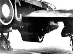 Les bombes rebondissantes sont si grosses qu'il faut les attacher sous la soute à bombe d'un bombardier quadrimoteur Lancaster modifié spécialement pour cette opération